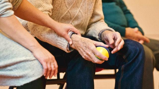 Altern im Eigenheim: persönliche 24h Pflege für Senioren