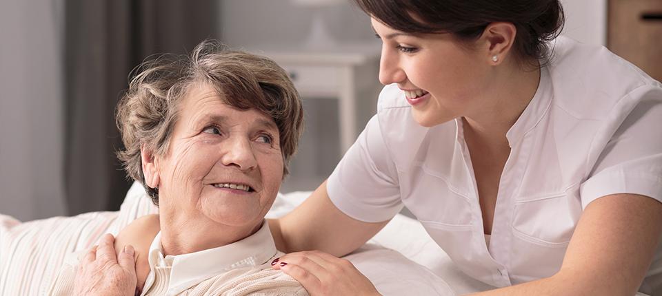 Leben mit einer 24-Stunden-Pflegekraft – umsorgt im Alter