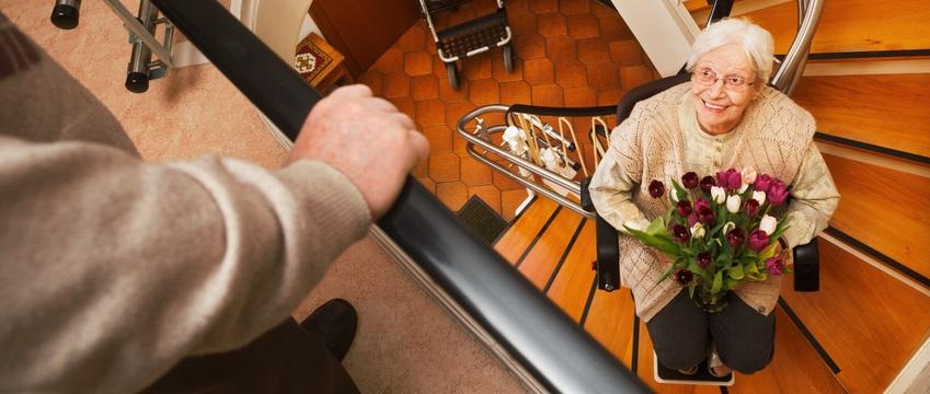 Einen Treppenlift gibt's für jede Treppe