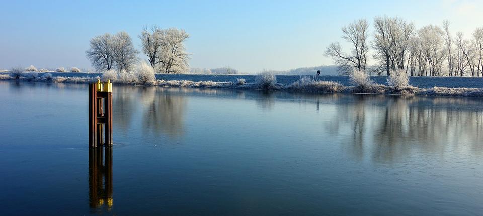 Entschleunigung in winterlichen Flusslandschaften